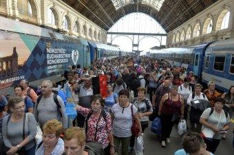 Ferenc pápa Budapesten: megérkeztek az erdélyi zarándokvonatok