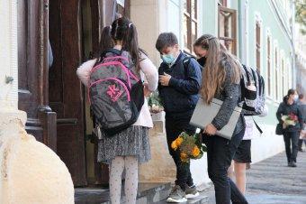 Becsengettek: csaknem 3 millió óvodás és iskolás számára rajtolt el a tanév, az első vakáció október végén lesz