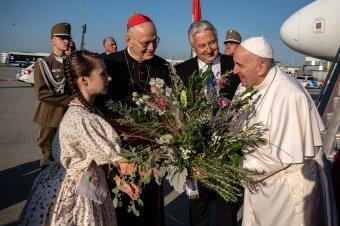 Tudja, hogy sokan várják: Ferenc pápa megérkezett Budapestre