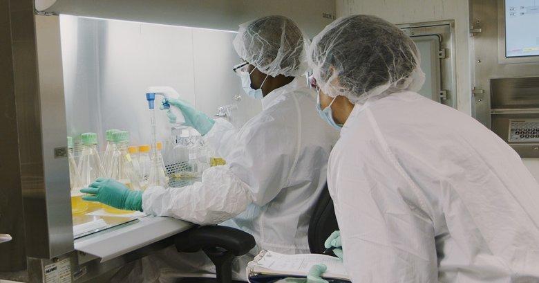 A koronavírussal fertőzött betegek kezelésére szolgáló gyógyszer beszerzésére írt alá szerződést az Európai Bizottság