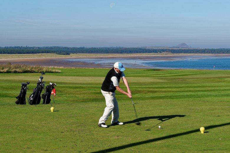 Mindenkinek ajánlja Iohannis a gazdagok sportját, szerinte a golf egyáltalán nem csak a kivételezetteké