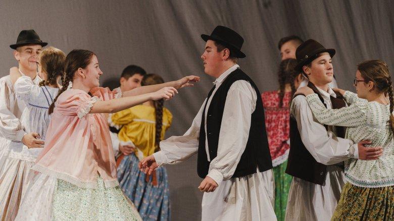 Csángó lidércek és szépasszonyok tánca a kolozsvári népzene-találkozón