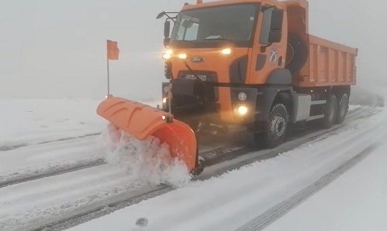 Máris hókotrókra volt szükség a Transzfogarasi úton, a hóréteg vastagsága eléri a 10 centimétert (VIDEÓ)