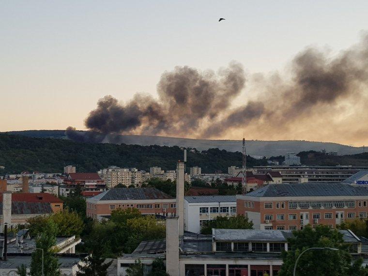 FRISSÍTVE – Heves tűz ütött ki Kolozsváron a Törökvágás közelében, vészjelzést kapott a lakosság