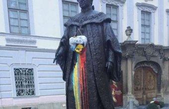 Ötszáz lejes bírsággal megúszta a szebeni Brukenthal-szobor trikolórmázolója