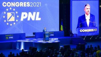 Megbírságolták a PNL-kongresszus szervezőit a maszk nélküli Iohannis, Cîțu és Orban miatt