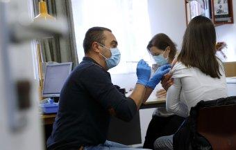 A beoltottak nem számítanak egy fertőzött kontaktszemélyének, azaz nem kell karanténba vonulniuk