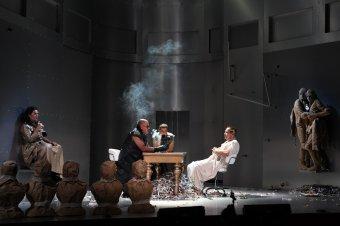 Sem múlt, sem jövő: kezünk ügyében csak a jelen – Egy világrend eltűnésének olvasatai A Nagy Romulus című előadásban