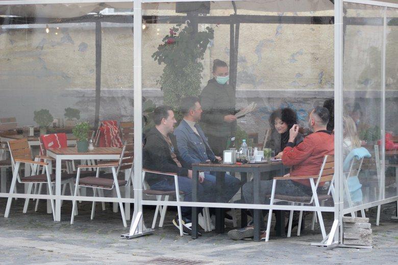 Hosszabbított program: éjfélig kocsmázhatnak a beoltottak Kolozsváron