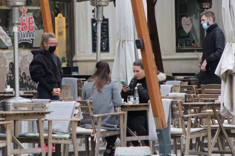 Megcsappant a vendéglátóhelyek forgalma: a korlátozások miatt újra térdre kényszerültek a kávézók, éttermek működtetői
