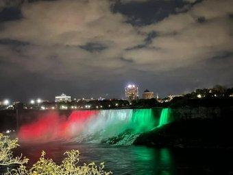 Tisztelet az ötvenhatosoknak: magyar színekben pompázott a Niagara-vízesés