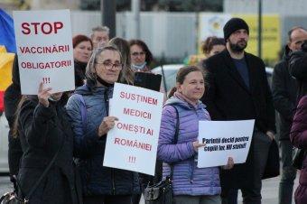 """Az újabb korlátozások és a """"kötelező"""" védőoltás ellen tüntettek Kolozsváron (képriport)"""