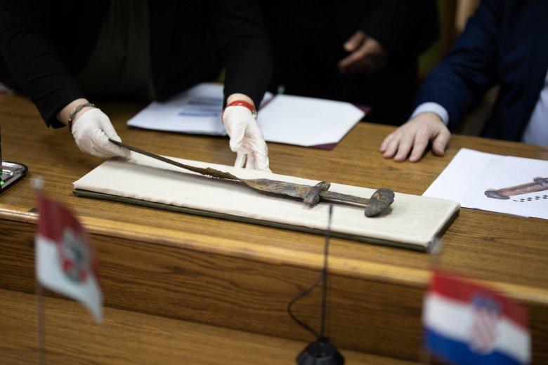 Mintegy ezerkétszáz éves kard került elő Magyarországon