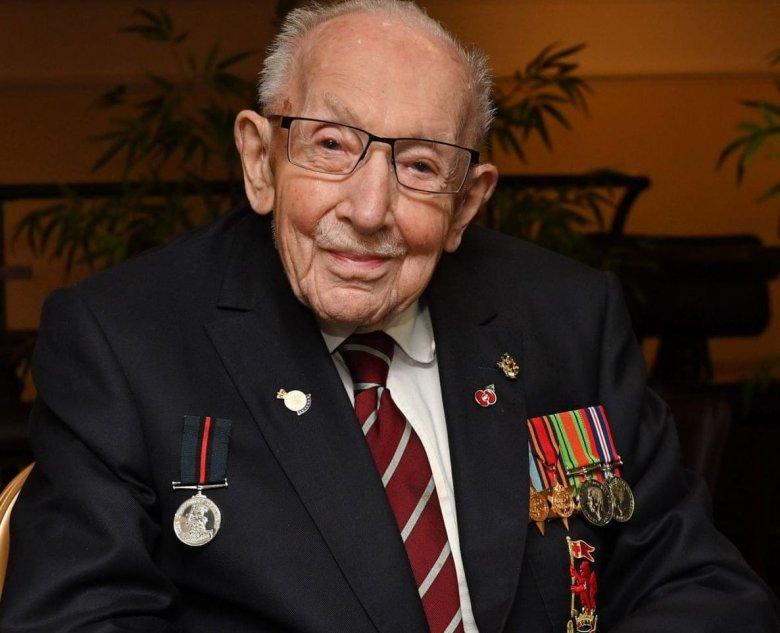 Elhunyt Sir Tom Moore, a brit egészségügynek milliókat gyűjtő 101 éves veterán
