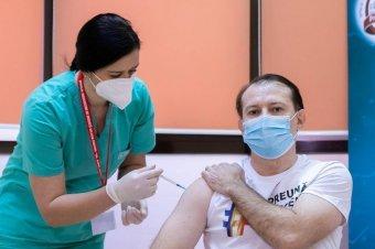 Az államfő után a román miniszterelnök is beoltatta magát koronavírus ellen