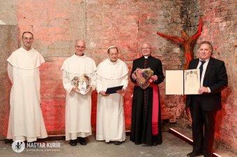 Hűséggel a hithez: átadták hat titkos szerzetesnek és a kolozsvári plébánosnak a Hit pajzsa díjat