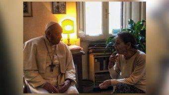 Ferenc pápa holokauszt-túlélő magyar írónőt látogatott meg otthonában