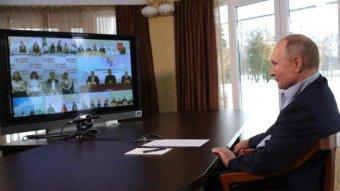 Putyin tárgyalást javasolt az őt gyilkosnak nevező Bidennek