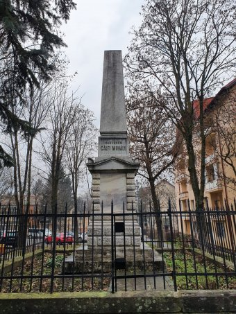 Letisztították az összemázolt székely vértanúk emlékművét Marosvásárhelyen