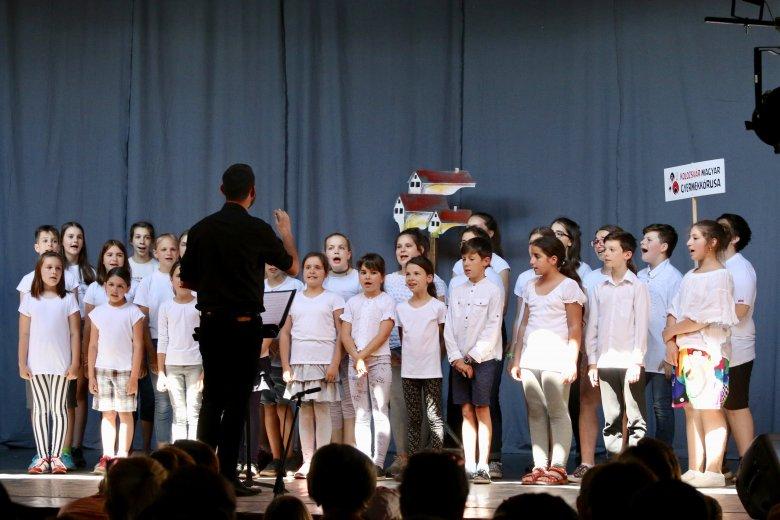 Életre szóló élmény zenével: gyermeknapi turnén Kolozsvár Magyar Gyermekkórusa Erdélyben