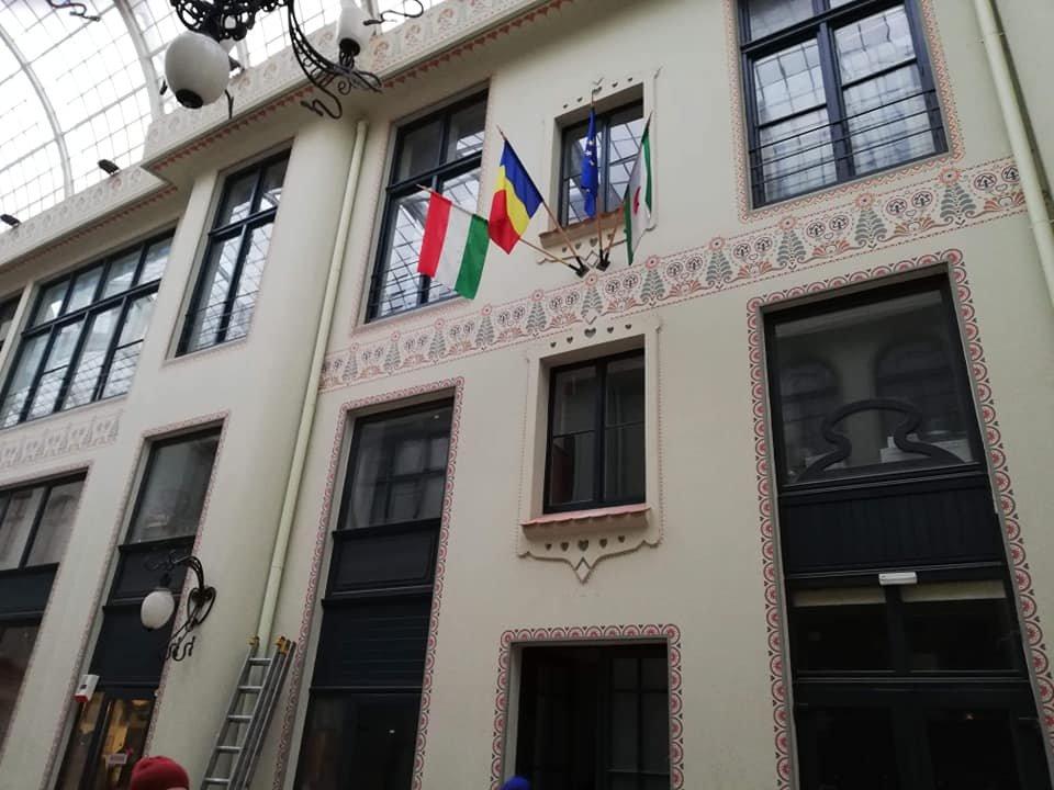 Magasabbra helyezték a zászlókat Nagyváradon, feljelentést tett az RMDSZ és az EMNP is