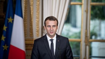 Pszichiátrián kezelik a fiatalt, aki tojással dobta meg a francia elnököt