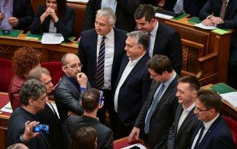 Sípolva, kiabálva próbálják akadályozni a budapesti Országgyűlés munkáját ellenzéki képviselők