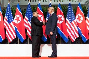 A teljes atomfegyver-mentesítésről állapodott meg Kim és Trump Szingapúrban