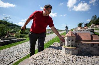 Óriásként bejárni Erdélyt: megnyitja kapuját a Mini Erdély Park