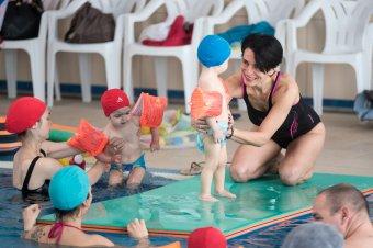 Emlékezni a víz nyelvére: vizes foglalkozások kisbabáknak