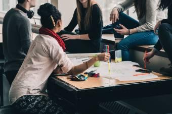 Felmérés: a Z generáció egyharmada teljes munkaidőben dolgozik, másik harmadát a szülők tartják el