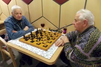 Lépegetnek, beszélgetnek: nem maradhat el a kávéházi sakkparti