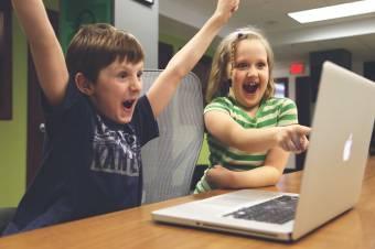 Gyerekek a világháló, a videójáték bűvöletében – szakértők szerint tudatos szülői viszonyulásra van szükség