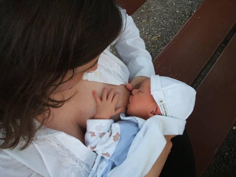 Anyatejes táplálásra biztatnak, a védőnőhálózat visszaállítását kérik a szakemberek