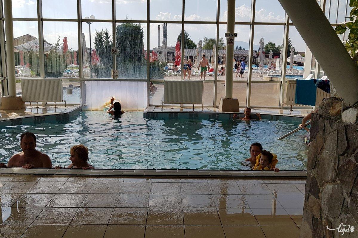 Beltéri-kültéri medence •  Fotó: Rédai Attila