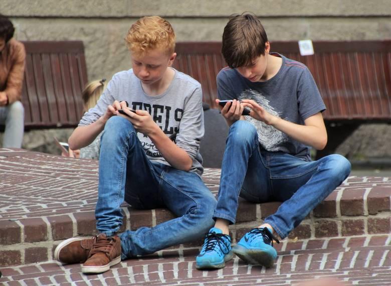 Szünetben is rabja lenni: a mobilfüggőség veszélyeiről