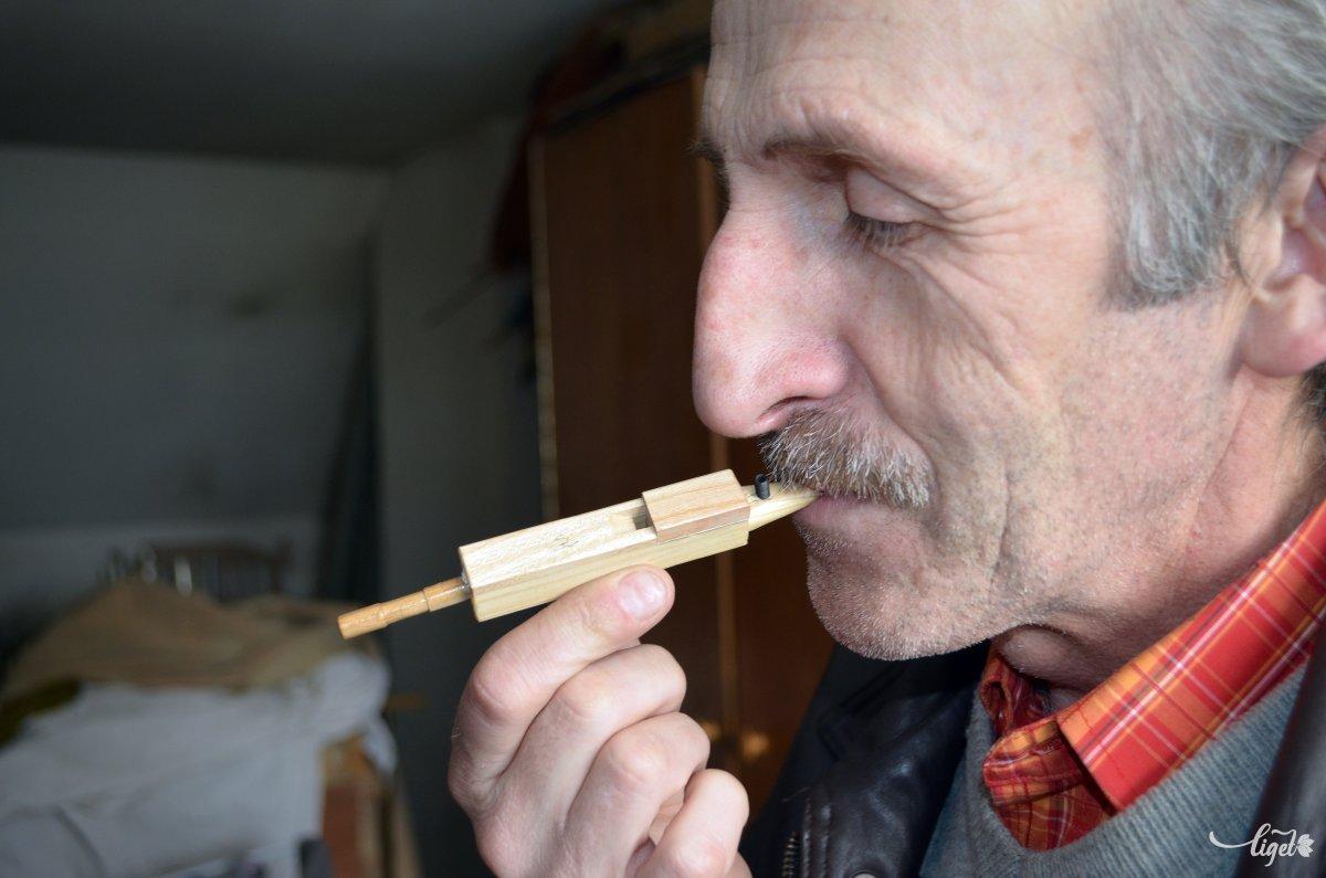 """A mester az """"édesdugottat"""", az orgona legkisebb sípját fújja •  Fotó: Jánosi Csaba"""