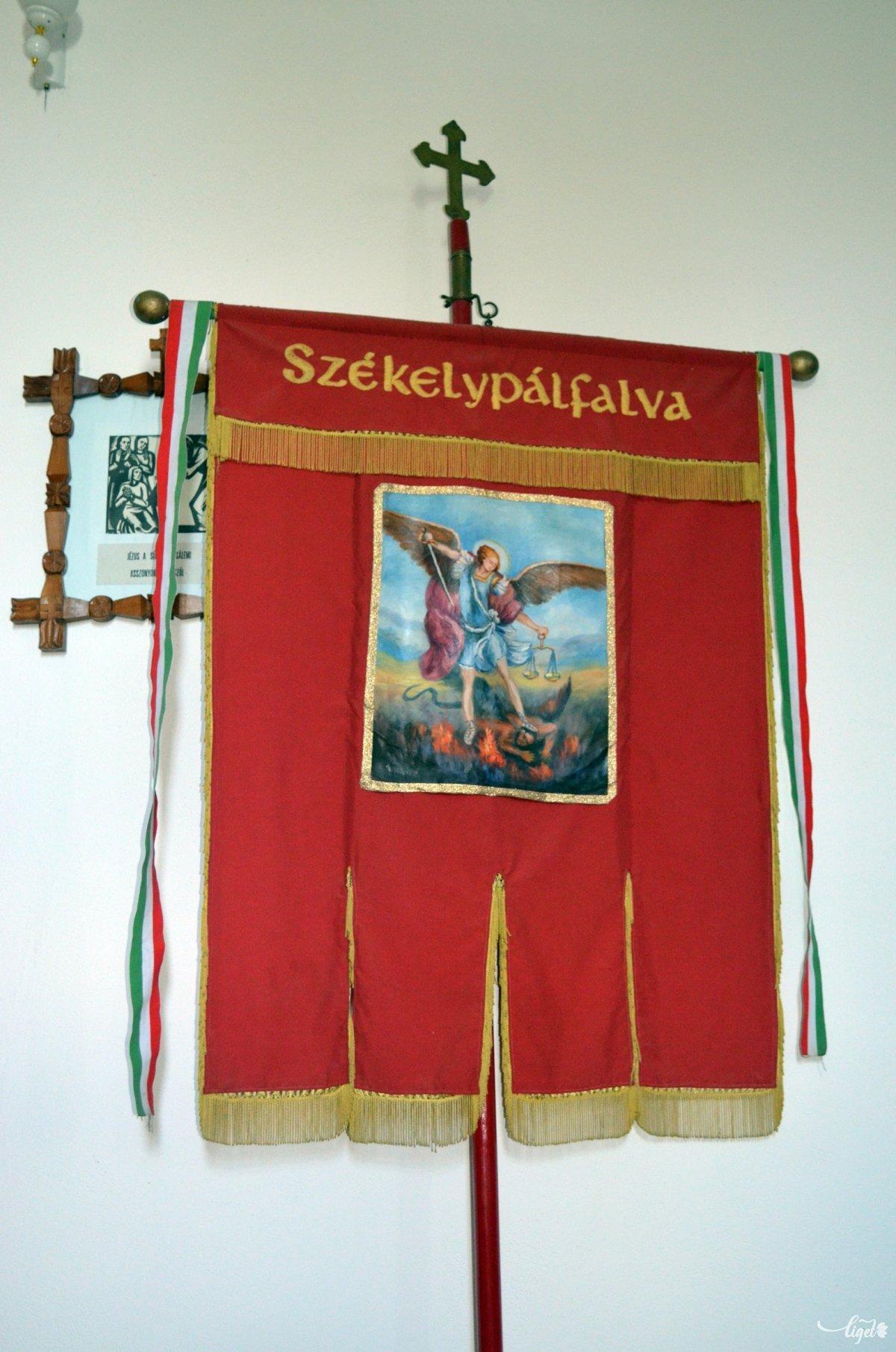 Székelypálfavi templomi zászló •  Fotó: Jánosi Csaba