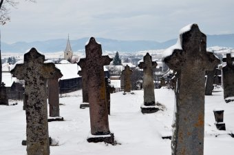 Kőbe vésett illanó álmok: újtusnádi séta a márciusi télben