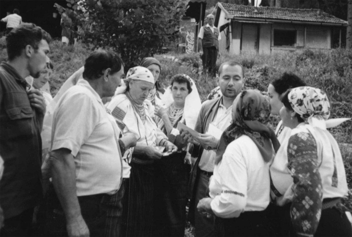 Szilágyi Zsolt és a csángó asszonyok •  Fotó: Forrás: Pro Minoritate Alapítvány