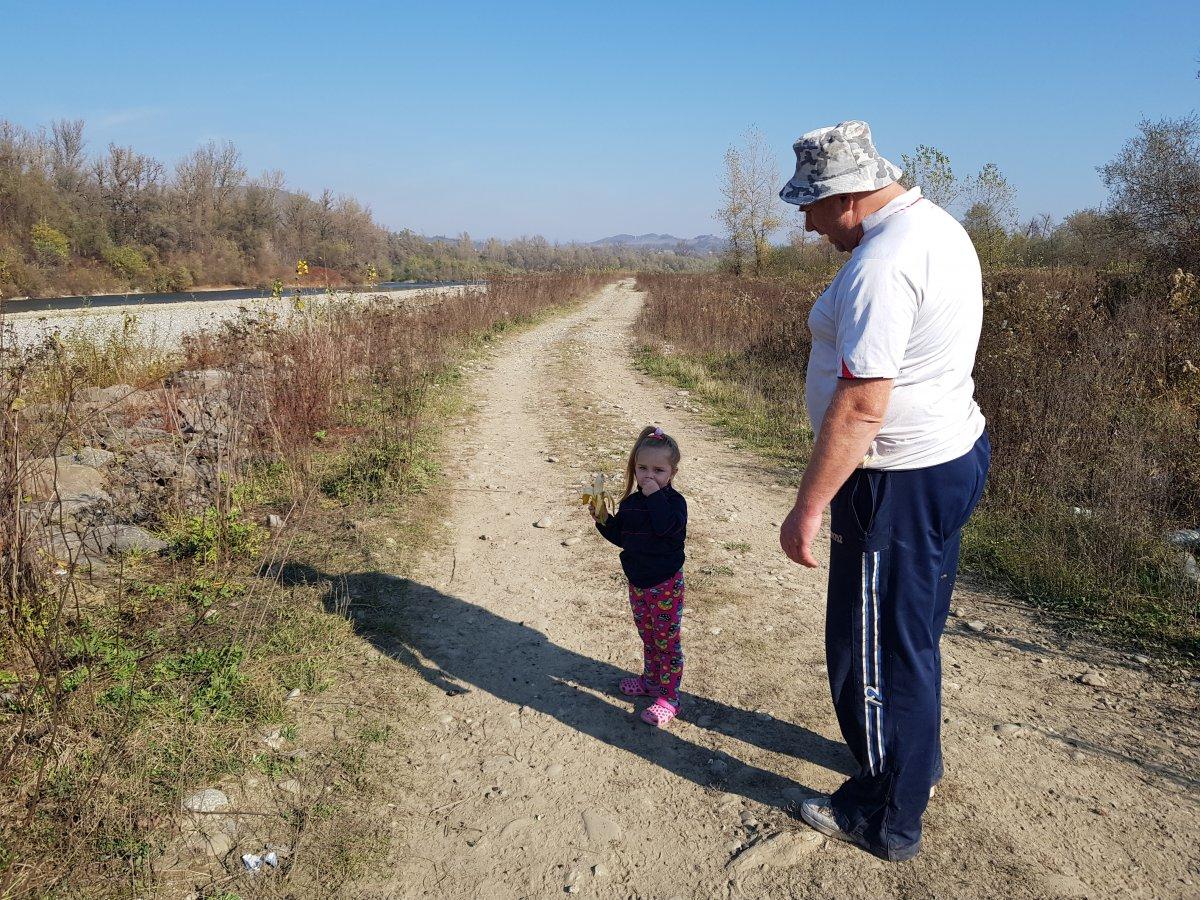 Varkola Tibor és óvodás kislánya. Mindketten jól érzik magukat a szabadban, a Tisza partján •  Fotó: Makkay József