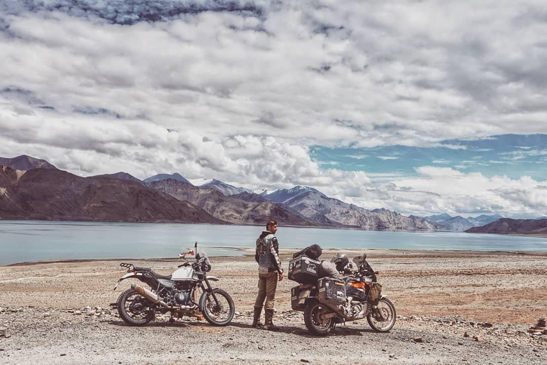 Motorral a Himaláján •  Fotó: Instagram/Bezsnei Andor