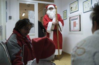 Tizenhét éve ölt piros ruhát az erdélyi gyerekek örömére a szekszárdi Mikulás
