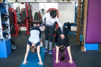 Hasprés, súlyzók és társai: nőiesen az edzőteremben