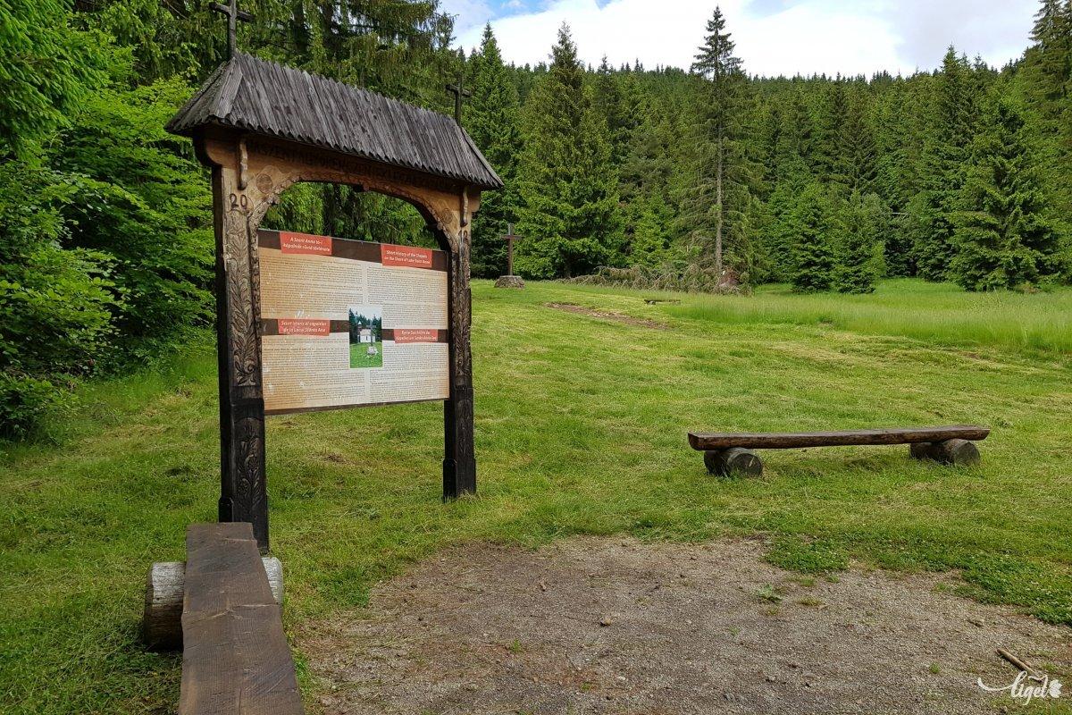 Hangulatos információs tábla, rusztikus ülőalkalmatosságok: figyelnek a stílusra is •  Fotó: Rédai Attila