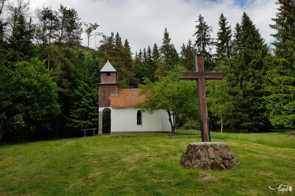 Az újjáépítésére tett fogadalom még ma is érvényes, erről is olvashatunk a Szent Anna kápolna közelében •  Fotó: Rédai Attila