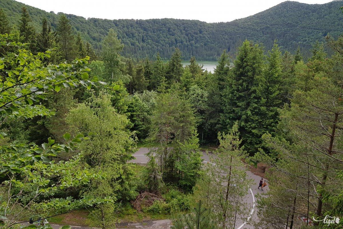 Visszafelé kapaszkodva érdemes felmászni erre a kilátóra: szédítő magasságból lehet visszatekinteni a tóra •  Fotó: Rédai Attila