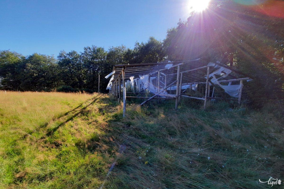 Ezen a fennsíkon huszárok találkozóját szokták megtartani, a sátorváz ennek a nyoma •  Fotó: Rédai Attila