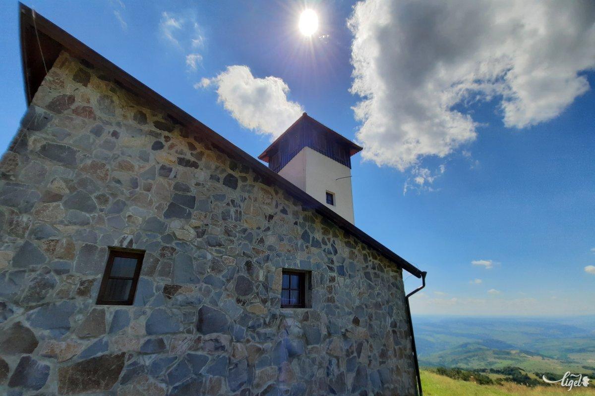 De a Bekecs-hegyi Szent Kereszt kápolna már egészen jelenkori fejlemény, 2011-ben szentelték fel a korábbi vallási hajlék helyétől nem messze •  Fotó: Rédai Attila