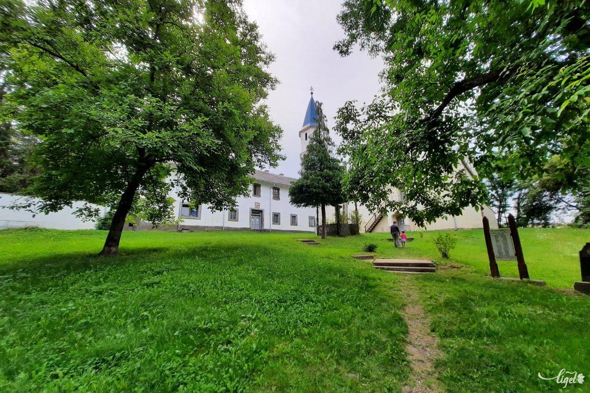 A kolostortemplom udvara nyitva, de ha be szeretnénk menni a templomba, keressük fel a gondnokot •  Fotó: Rédai Attila